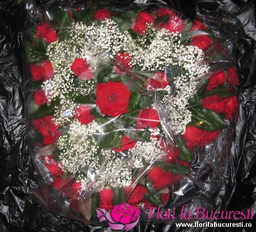 Inima de trandafiri de la www.FloriLaBucuresti.ro